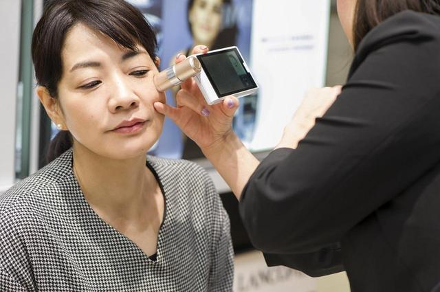 画像: 自己評価によるライフスタイルチェックのあとは、スキン プロファイラーで皮膚の9つのパラメーターを検出