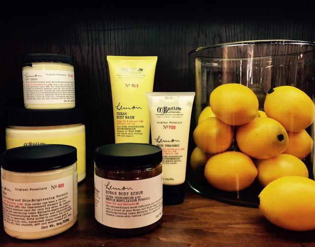 画像: 天然のレモンオイルの香りがすばらしいレモンシリーズ。「ボディクリーム レモン」は1870年発売当時の処方にもとづく伝統的な製法でいまも作られている PHOTOGRAPH BY JUNKO ASAKA