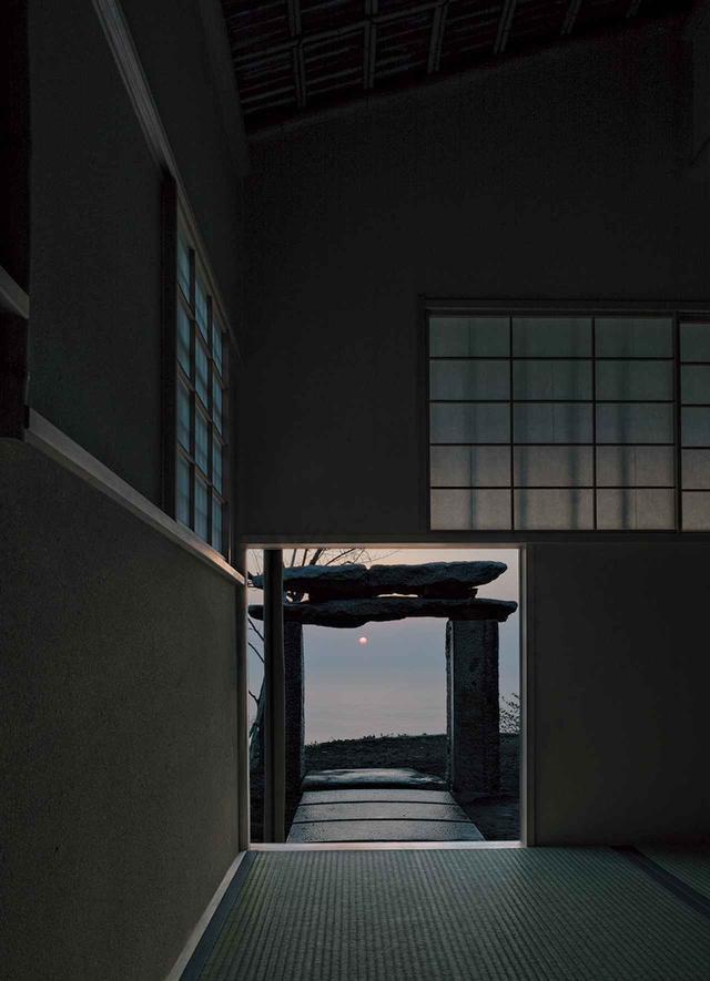 画像: 千利休作と伝えられる茶室「待庵」の本歌取りとして構想された茶室「雨聴天」。茶室は、春分、秋分の太陽の光が日の出とともににじり口から床に差し込むよう造られている © ODAWARA ART FOUNDATION