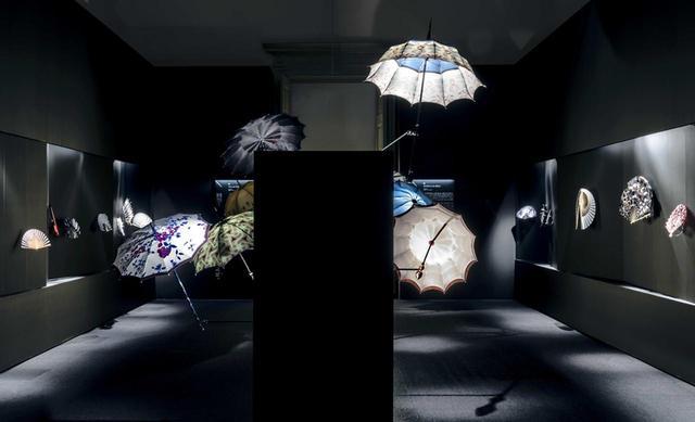 画像: ミシェル・ウルトー アンティーク傘の修復や、洗練された傘の制作を行う職人。かつてイブ・サンローランも特注したという日傘を、今回は12種類展示 © PHILIPPE CHANCEL