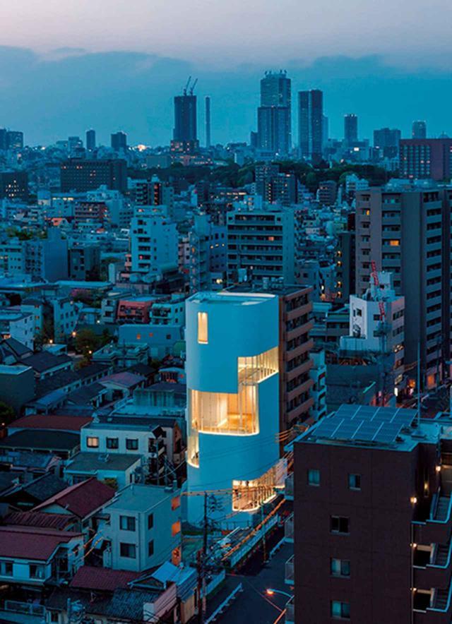 画像: 白く浮かび上がる建物は久米設計がデザイン。開館記念展は2018年2月25日まで開催 PHOTOGRAPH BY MASAHIRO TSUCHIDO ©YAYOI KUSAMA