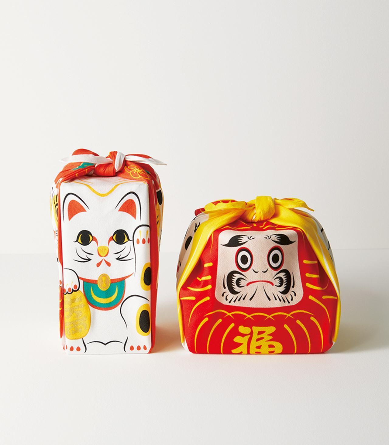 Images : 招き猫(左)、だるま(右)