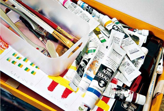 画像: 筆はほとんど使わない。絵の具を簡単に持ち運べるよう、箱に収納している