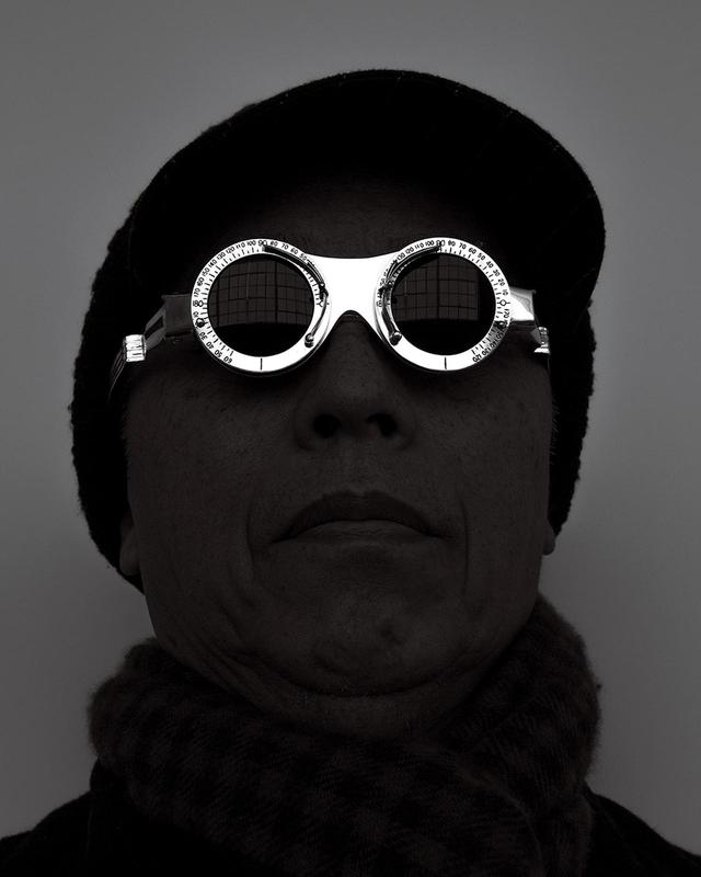 """画像: 杉本博司のセルフポートレート。自身が2014年にデザインしたアイウェア「Oculist Witness」を身につけて """"PORTRAIT OF HIROSHI SUGIMOTOFOR OCULIST WITNESS EYE GLASSES,'' 2014. DESIGNED BY HIROSHI SUGIMOTO,PRODUCED BY LIZWORKS AND SELIMA OPTIQUE, ©︎HIROSHI SUGIMOTO"""