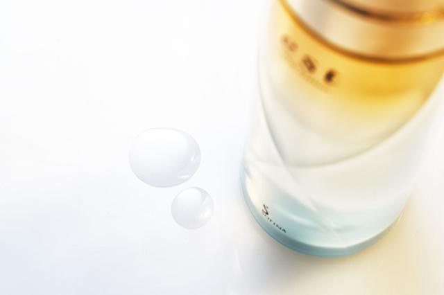 画像: とろみのある化粧水が、肌に乗せるとすっととけこむようになじみ、あと肌はすっきりなめらか。うるおい感の持続力にも感動!
