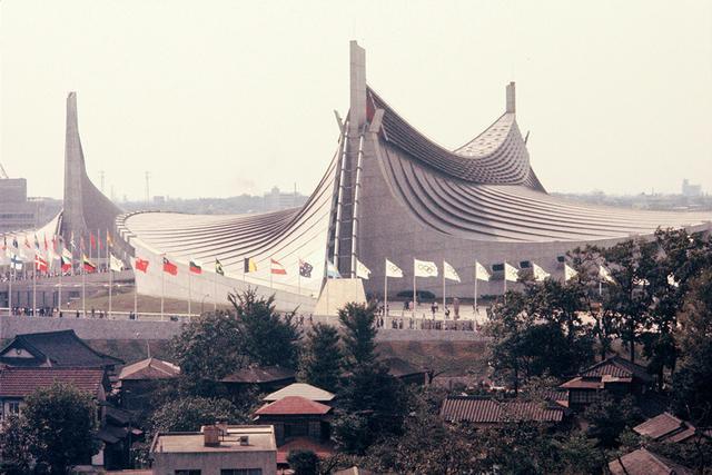 画像: 1964年開催の東京オリンピックのために丹下健三が手がけた国立代々木競技場。隈が建築家を志した 原点となった建築だ PHOTOGRAPH: THE ASAHI SHIMBUN/GETTY IMAGES
