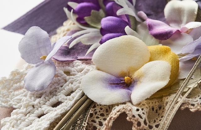 画像: 優しい色合いのパンジーとすみれを、パープルのリボンが包み込む