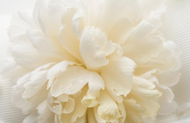 画像: クラシックなカーネーションと可憐な鈴蘭が咲きこぼれる