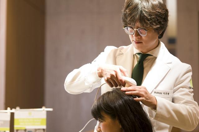 画像: イ・ムンウォン医師の来日時、会場でスコープによるチェックを体験