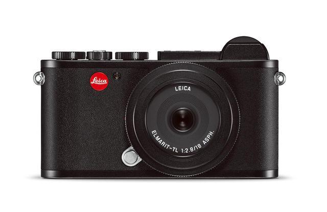 画像: APS-Cサイズの大型センサーを搭載し、TLレンズを装着できる本格的ミラーレスデジタルカメラ。トップ及びボトムカバーはアルミ削り出し素材を使用し、ボディにはレザーが張られている。クラシックなデザイン性も魅力だ ライカCL <H7.8 × W13.1 × D4.5㎝ / 403g> ¥340,000(本体価格)