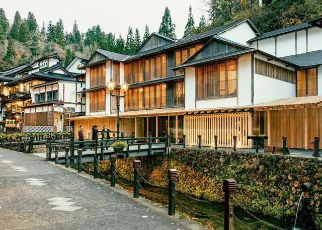 画像: 隈研吾の建築は往々にして、見かけよりシンプルだ。伝統的な素材、 ことに木材が多く用いられる。写真は、隈が設計した「藤屋旅館」。山形県の秘湯、銀山温泉にある 昔ながらの日本旅館だ