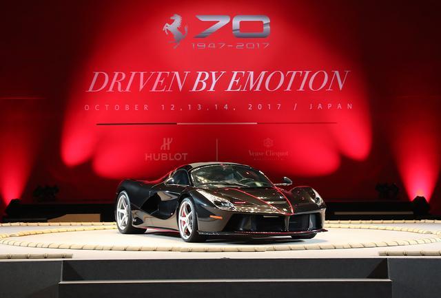 画像: 日本での初お披露目となった「ラフェラーリ・アペルタ」。排気量6262ccのV型12気筒エンジンと電気モーターを搭載するハイブリッド車で、最高出力は963馬力、最高速度は350km/h。生産予定台数の210台(うち1台はチャリティオークションに出品)はすでに完売。新車時の価格は約170万ユーロ