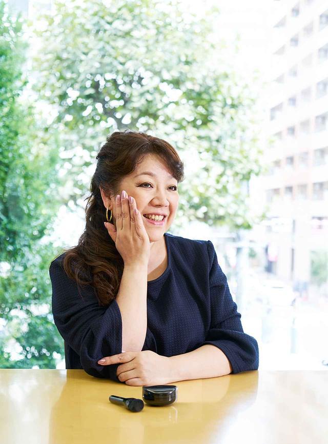 画像: 野毛まゆりさん 美容愛好家。化粧品会社の美容部員の教育トレーナーや広報PRを経て、現在は数多くの雑誌やテレビなどで美容コメンテーターとして活躍。美容と化粧品への深い愛と豊富な知識にもとづくコメントにはファンも多い PHOTOGRAPH BY SHINSUKE SATO