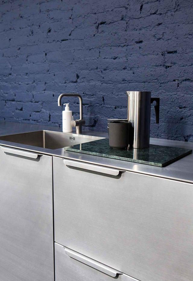 画像: シーグル・ラーセンがデザインしたキッチンは、折り重ねたアルミニウムを外装に使用。これもリフォーム社のショールームで見ることができる