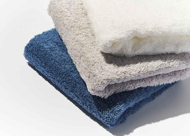 画像: 匠の極み バスタオル<約70×140㎝>¥8,000、スモールバスタオル<約50×100㎝>¥4,500、 フェイスタオル<約34×85㎝>¥2,500 色:ホワイト、グレー、ブルー 素材:綿100%