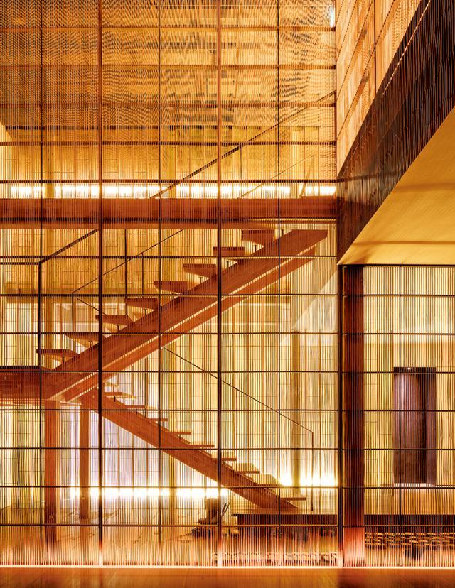 画像: 藤屋旅館の内装。ディテールとアングルにこだわった空間だ。未塗装の木製の梁とパネルを組み合わせ、新鮮な杉の香りが空間を満たす