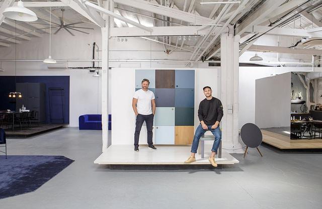 画像: デザイン会社リフォーム社を創立した、マイケル・アンデルセン(左)とジェッペ・クリステンセン(右)。ブルックリンのショールームにて。彼らは、手頃でベーシックでもなく、破産するほど高額でもない、ちょうどその間にあったキッチン・マーケットのすき間を狙っている