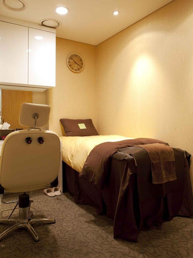 画像: 検査・治療のほかヘッドスパ(写真)、ヘアサロンを併設し、「頭皮&毛髪再生センター」を謳うイ・ムンウォン韓方クリニック