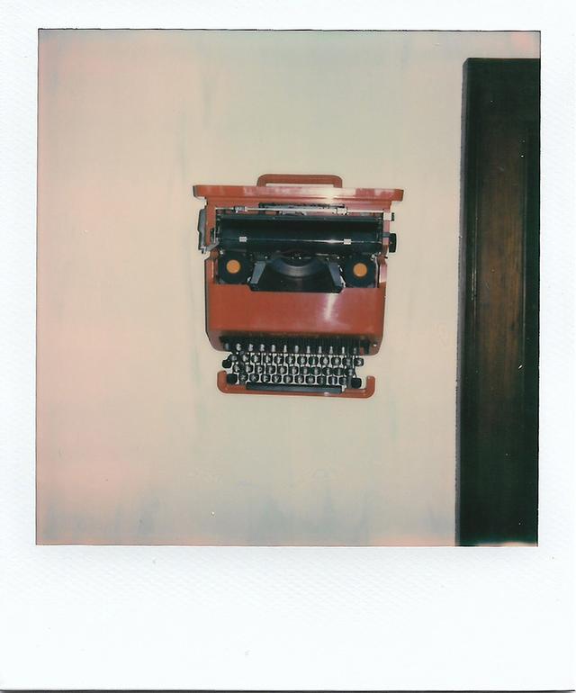 画像: 「エットレ・ソットサスがデザインした1969年製オリベッティ・バレンタインのタイプライター。これは、うちの小さなデザインライブラリーの壁にとり付けてあるんだ」