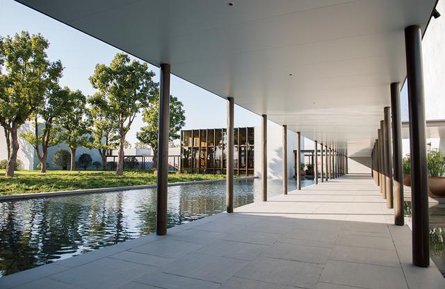 画像: レセプション棟とスイートやスパ、ブティックなどはモダンなデザイン