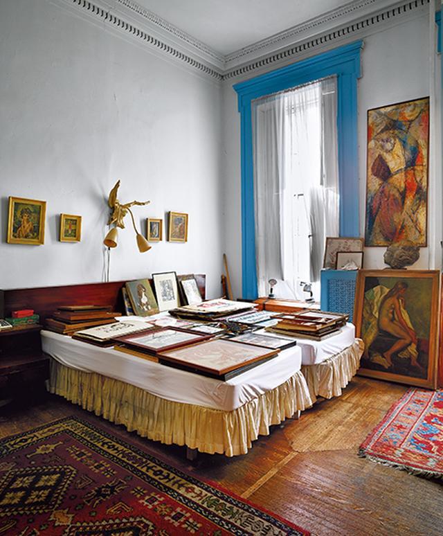 画像: アパートメント2 フロスト夫妻の寝室。夫妻はこの建物を1958年に3万8,000ドルで購入した。ともに昨年秋に死去