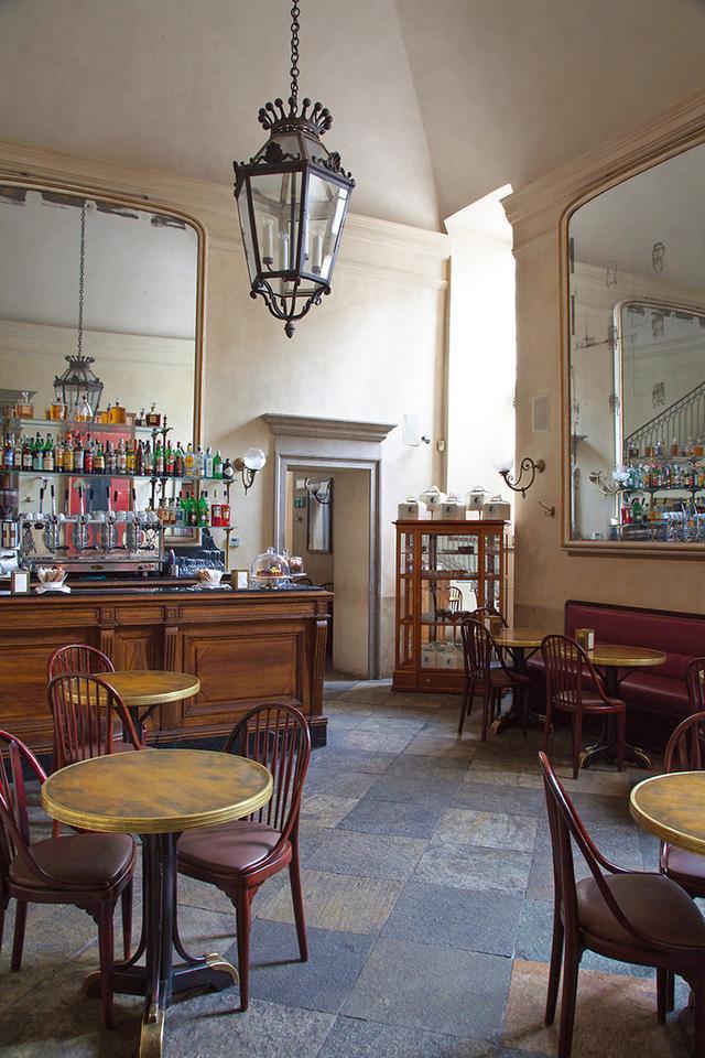 画像: スタジオ・ペレガリが19世紀のミラノにあった文学カフェへのオマージュとしてデザインした「ジャコモ・カフェ」