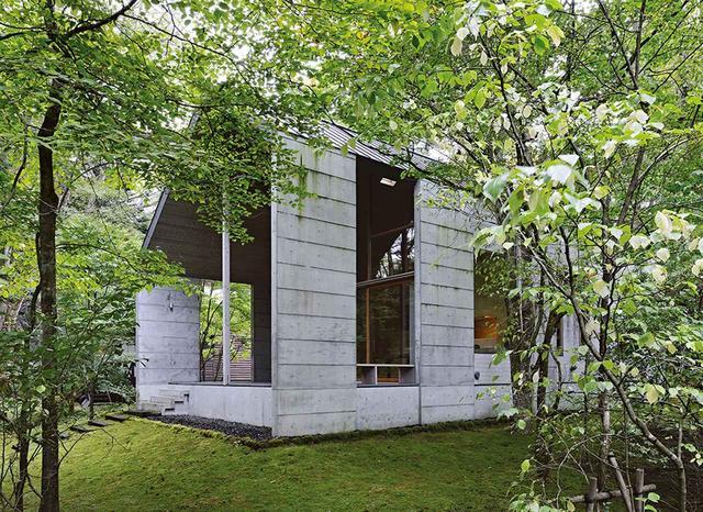 画像: 祈りの空間 飯田善彦建築工房による切妻を強調した「御水端N山荘」の開放的なテラス。窓は切妻屋根の形状に合わせて設置され、寝室のロフトから森を一望することができる