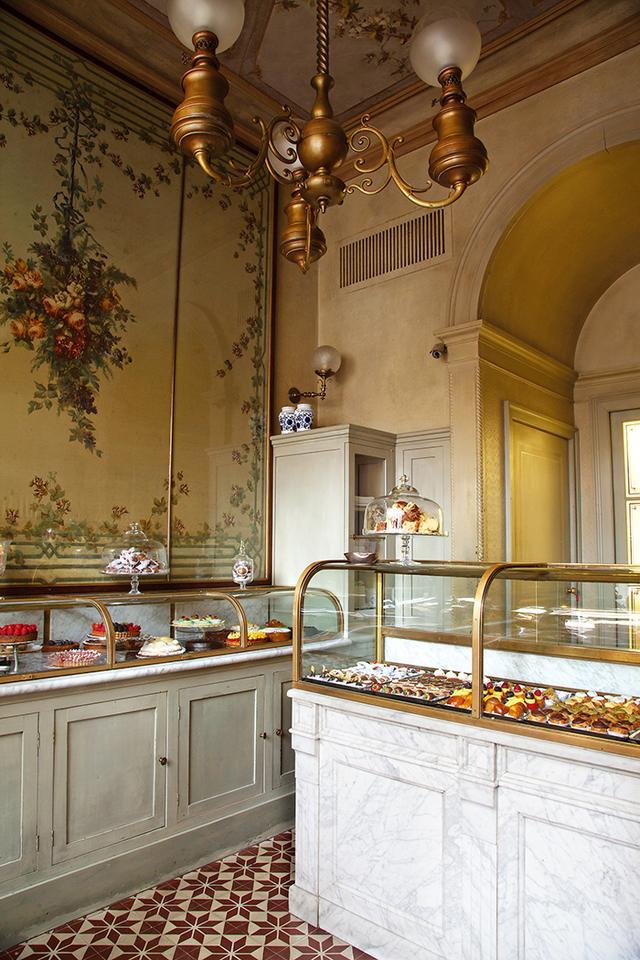 画像: パンやケーキを販売する「ジャコモ・ パスティッチェリア」 ブレリの孫娘たちが経営するこのショップは、ベルエポック期のフランスのベーカリーを思わせる