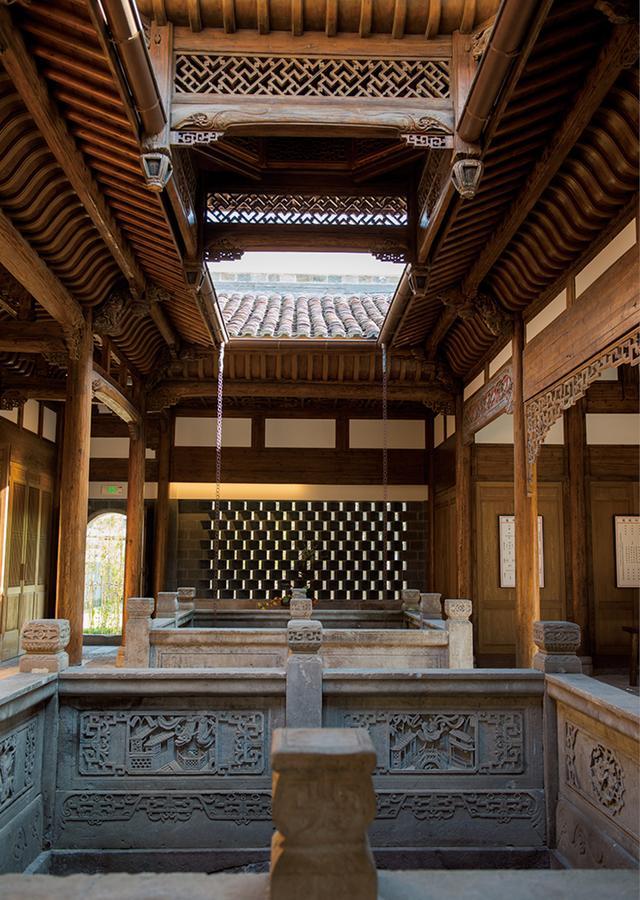 画像: 複雑な天井の飾りや木彫りなど建築美を完全に復元