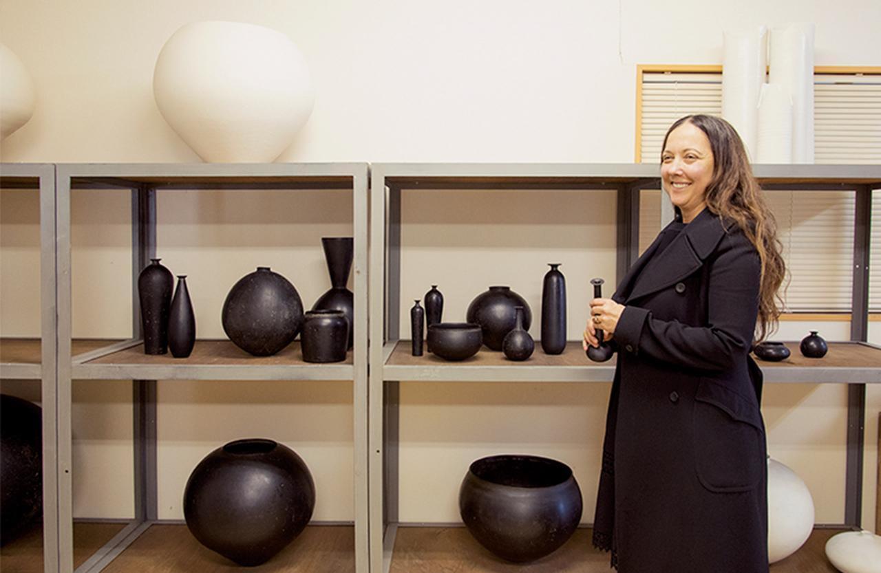 画像: 完成した作品が並ぶ棚でスタイリングを始めるロビン。スタイリングは彼女にとって「モノとモノ、モノと自分のあいだのコミュニケーション行為」である