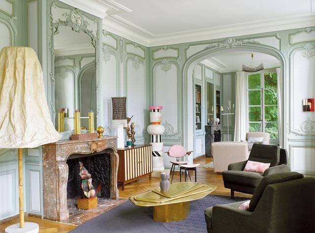 画像: 建築家&デザイナー、シャルル・ザーナのグルネル通りにある18世紀の瀟洒なアパルトマン。80年代を代表するデザイナー集団「メンフィス」の中心的人物で建築家、デザイナーとして長きにわたり多方面でマルチな才能を発揮したエットレ・ソットサスの作品が生き生きと飾られている