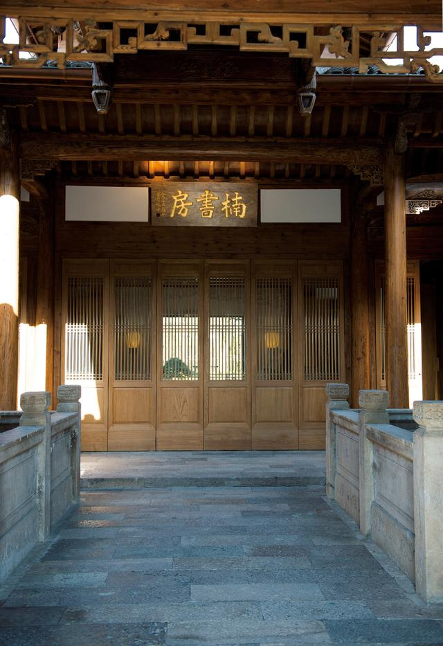 画像: 「楠書房」の建物内。両脇に石造りの水場があり鯉が泳ぐ。館内の木造部分は、現在伐採禁止となった「金絲楠木(Golden Silk Nan Mu)」製。明代に造られたものを解体、再生させた貴重なもの