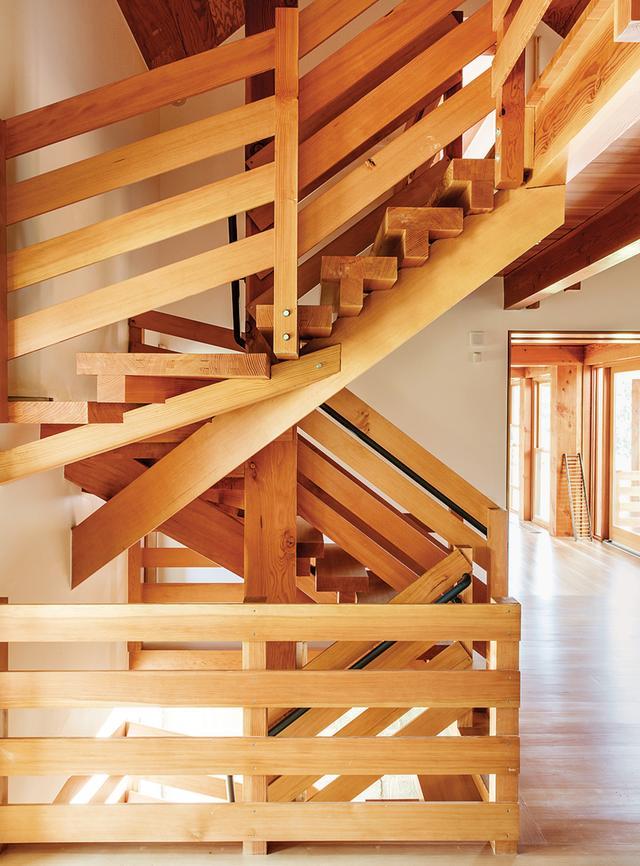 画像: 家族の寝室へと続く階段