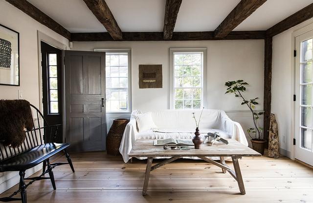 画像: ケープ・コッド様式の家リビングルーム。現在、この家には彼の母親が暮らしている