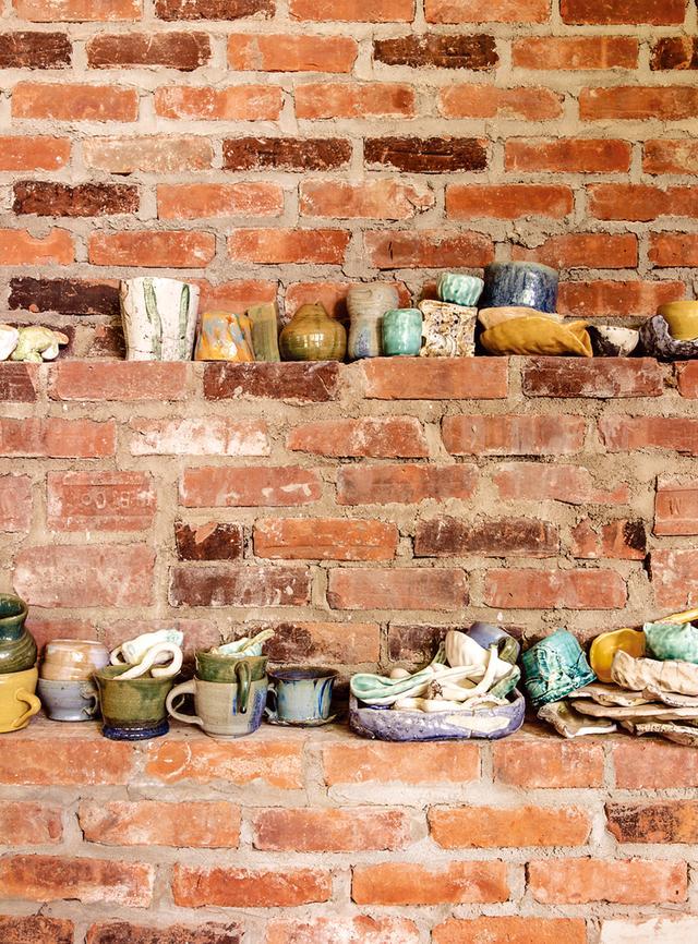 画像: キッチンに置かれた陶磁器のマグカップ