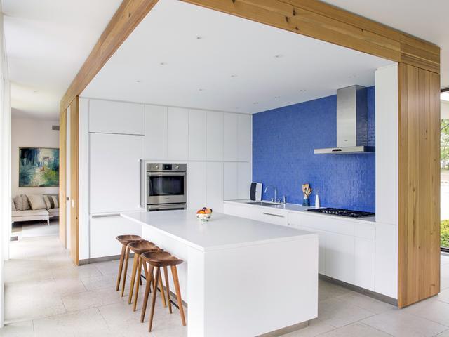 画像: エーロ・サーリネンは1957年、インディアナ州のコロンバスにJ・アーウィン・ミラーの邸宅「ミラー・ハウス」を設計し、キッチンの壁を青いガラスのモザイクでデザインした。チャンドラー宅を設計した建築家デボラ・バークは、この青いセラミックのタイルの壁は「ミラー・ハウス」へのオマージュだと言う