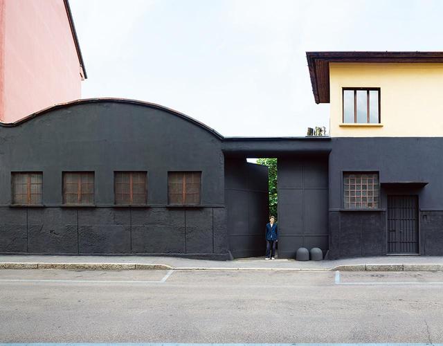 画像: ミラノ北部。この大きな扉は、廃業した工場敷地の入り口。アンドレア・トニョンはここに、実に美しいスタジオと住居を構えた