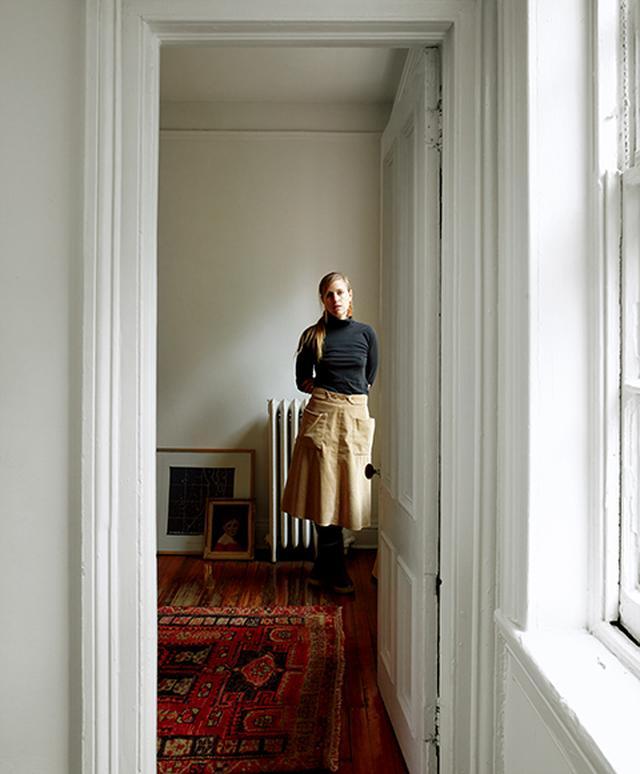 画像: アパートメント4 シャプトンのスタジオに隣接した自分の部屋に立つハイディ・ジュラヴィッツ