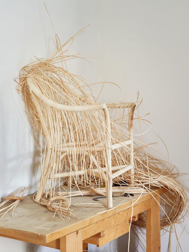 画像: 三代続く籐家具メーカーのボナチーナで、今制作中の作品。現在のオーナーであるマリオ・ボナチーナは、同社の敷地内に家族とともに住んでいる