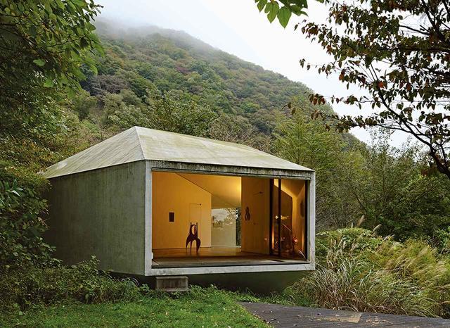 画像: 建築家・山口誠が設計した音楽家二人のための多角形の別荘 (2003年完成、床面積約68平方メートル)主としてスチール、ガラス、コンクリート、白い壁で囲まれた空間には家具がほとんど置かれていない。山口の言葉を借りれば「室内と屋外が緩やかに融合した建物」