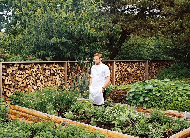 画像: レストラン「カドー」のハーブ・ガーデンに立つシェフのニコライ・ノルガード
