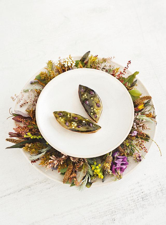 画像: 「カドー」のメニューの一品。火で焼いたコールラビ、エンドウ豆、クルマバソウ、ブルーチーズ