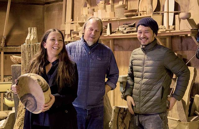画像: 気に入った作品ばかりで興奮ぎみのロビン。吉川(右)は日本のカッシーナに勤めたのち、岐阜の森林アカデミーで木工技術と日本の森林文化を学び、作家として独立した