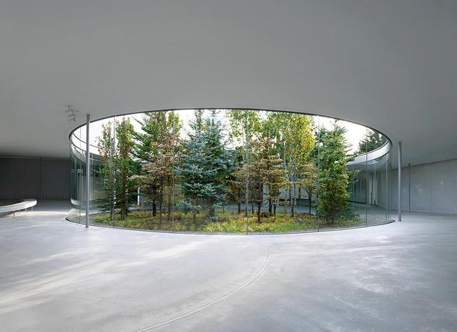 画像: ランドアート 日本画家の千住博の依頼を受けて、建築家の西沢立衛が設計した「軽井沢千住博美術館」。千住の代表作「ウォーターフォール」は、日本の多くの公共施設に展示されている