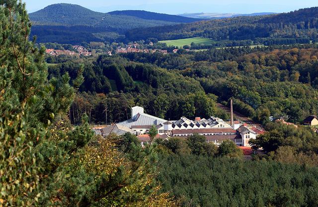 画像: フランスのアルザス地方にあるラリックの工房。ここでは主にクリスタル製品が作られており、ジュエリーはパリの工房で製造されている