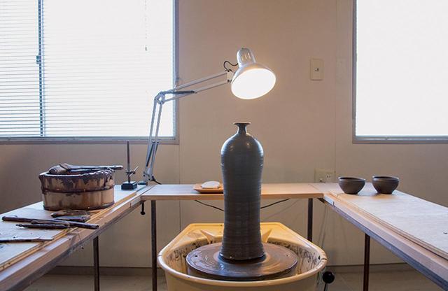 画像: 静謐な安齊のアトリエ。作業しやすいように道具が配置され完璧に整えられている