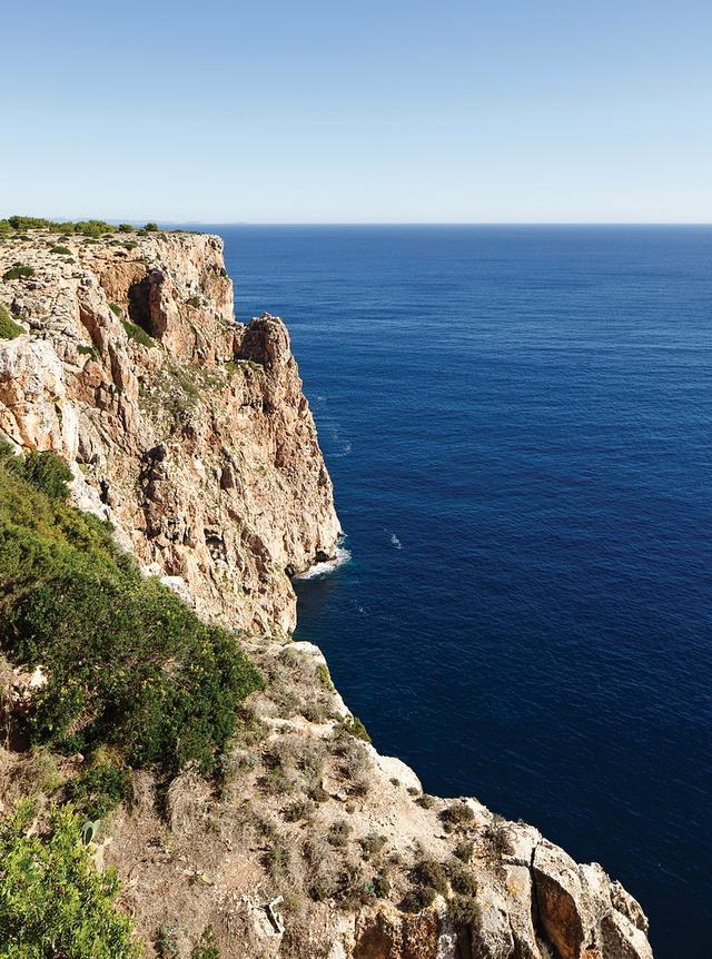 画像: フォルメンテラ島の東海岸、ラ・モーラ灯台の隣にある崖