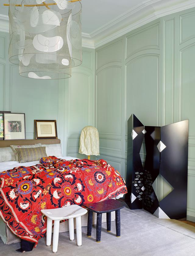 画像: マスターベッドルーム。アンドレア・ブランジのプラトン・シャンデリア(2008年)、ブルーノ・ムナーリのついたて、ザーナの大理石のスツール