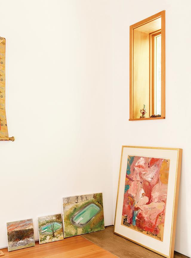 画像: 蔡の娘が描いた絵画。隣にあるのは、ウィレム・デ・クーニングの作品