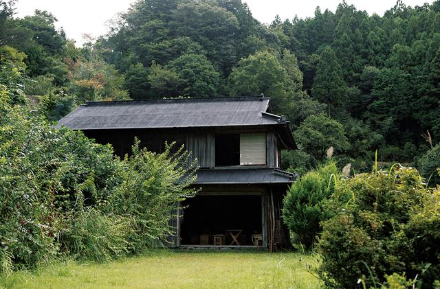 画像: 1 階の屋根が極端に低い、牛舎を 改装した家。山道から少しはずれた場所にぽつりと建つ